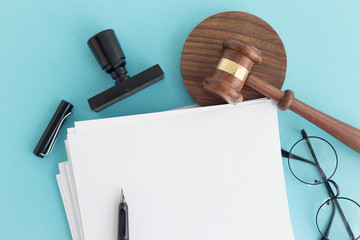JUDGE GAVEL NOTE AND PEN CONCEPT