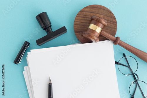 JUDGE GAVEL NOTE AND PEN CONCEPT - 254878678