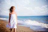Bella bambina camminado lungo il mare