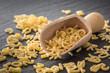 rohe Buchstaben Nudeln zubereiten, abmessen mit Holzlöffel