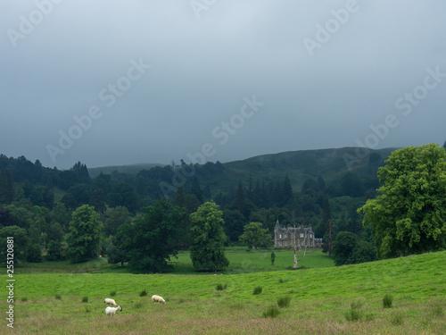 Leinwanddruck Bild Landschaft in den schottischen Highlands bei Nebel