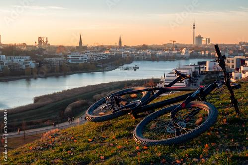 Leinwanddruck Bild Phoenix-See Dortmund mit Fahrrad
