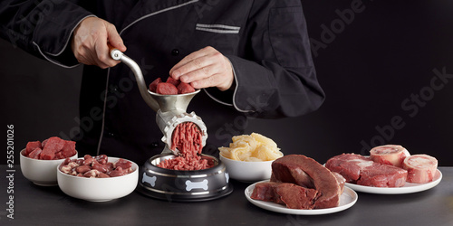 mata magnetyczna Man preparing healthy raw meat for barf dog food