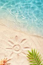 "Постер, картина, фотообои ""Summer background with green palm leaf and shell. Beach texture. Copy space."""