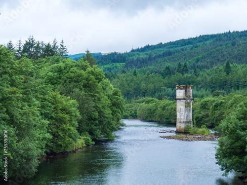 Leinwanddruck Bild Turm in einem Fluss in den schottischen Highlands