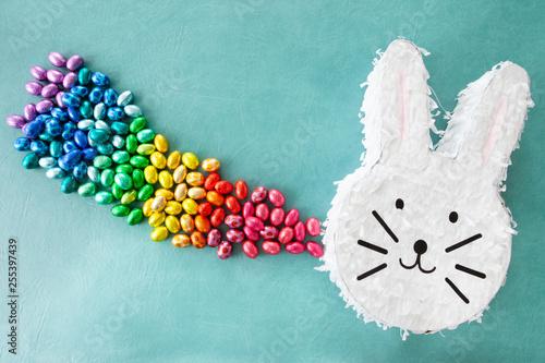 Leinwanddruck Bild Froehliche Piñata zu Ostern