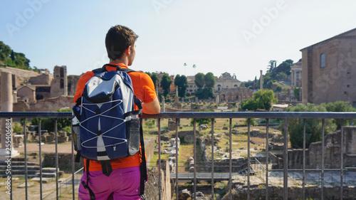 Turista observando en Roma