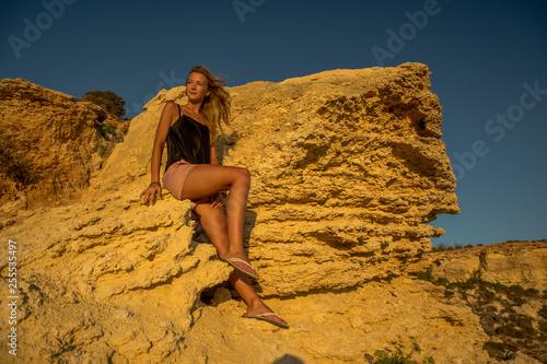 Kobieta na skale - 255535497