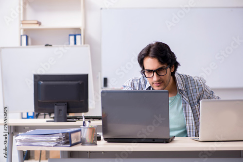 Leinwanddruck Bild It specialist working in the office