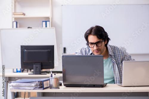 Foto Murales It specialist working in the office