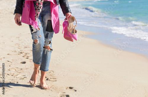 Passeggiata a piedi nudi sul bagnasciga