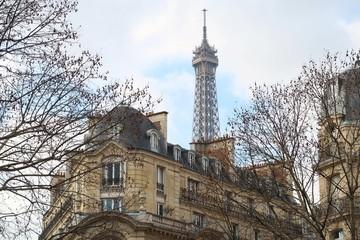 Paris, toit d'immeuble haussmannien et vue sur le sommet de la tour Eiffel (France)