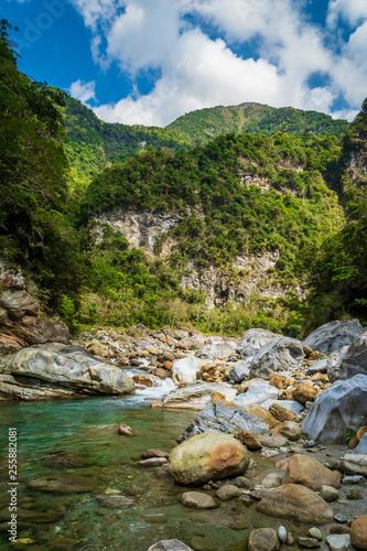 Foto Murales Taroko national park canyon landscape in Hualien, Taiwan. Nature view of Shakadang hiking trail.