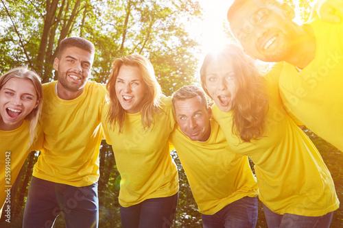 Leinwandbild Motiv Gruppe als Team bei Umarmung zur Motivation