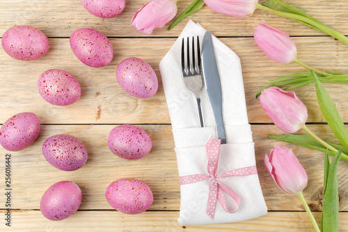 Easter. Easter table setting. Pink Easter eggs and flowers tulips on a natural wooden table. Happy easter. holidays. top view - 256016442