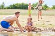 Familie im Sommerurlaub am Strand
