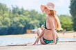 Attraktive Frau im Bikini auf einem Steg am See
