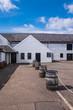 Leinwanddruck Bild - Whiskey Destillerie in den schottischen Highlands