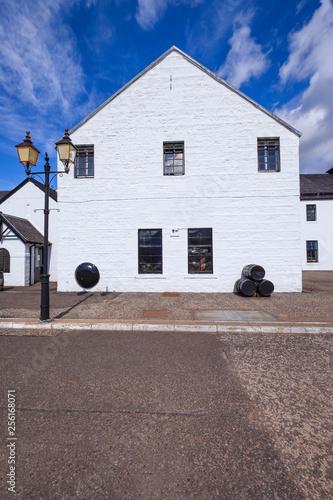 Leinwanddruck Bild Whiskey Destillerie in den schottischen Highlands