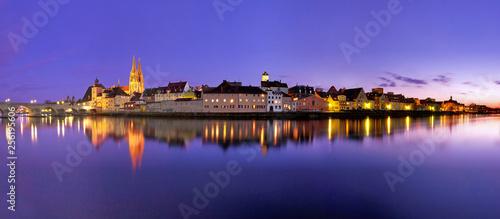 Leinwandbild Motiv Panorama Regensburg mit Spiegelung zur blauen Stunde