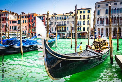 Primer plano de Góndola varada en Venecia, italia © ismel leal