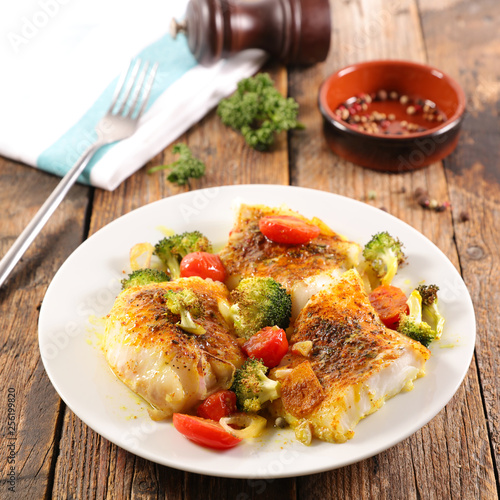 Leinwanddruck Bild fish fillet with tomato and broccoli