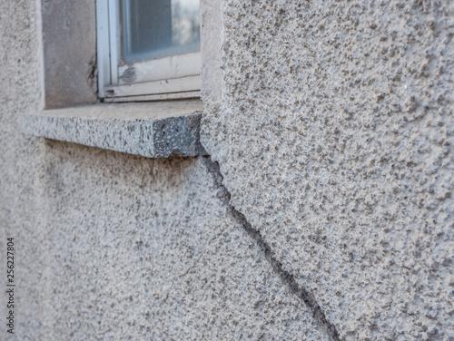 Leinwandbild Motiv Bauschaden Riss an einer Hauswand