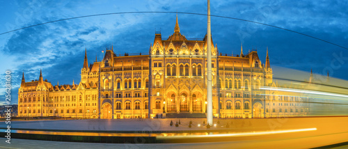 obraz lub plakat Panoramiv View of the Hungarian Parliament in Budapest at Dusk