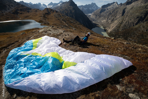 Paraglider Pilot sits with his paraglider on the ground and recovers after ground handling © Fredy Thürig