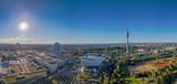 München mit dem Olympiaturm bei blauen Himmel von oben mit einer Drohne fotografiert