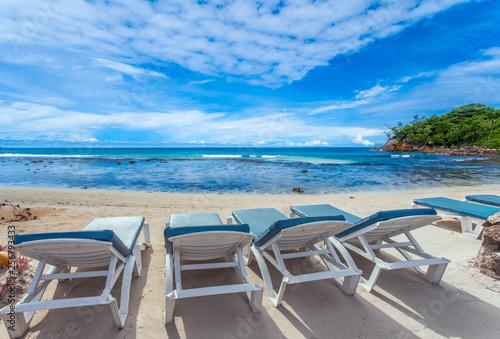 Transats sur plage d'Anse Barbarons, Mahé, Seychelles  - 256793433