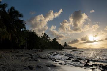 Zachód słońca na egzotycznej plaży. Romantyczny klimat