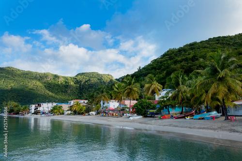 Wioska rybacka z kolorowymi łodziami na egzotycznej wyspie - 257148686