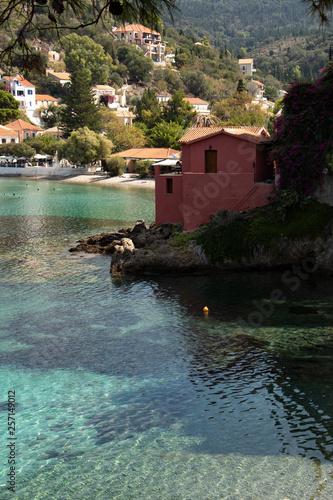 Wioska rybacka z kolorowymi łodziami na egzotycznej wyspie - 257149012