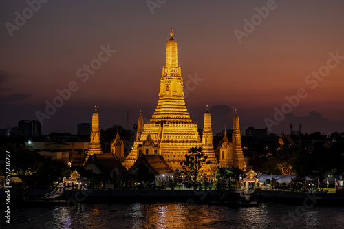 Fototapeten Bangkok Thaïlande. Bangkok. Wat Arun au crépuscule.