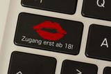 Ein Comuter und eine Taste mit dem Hinweis auf eine Pornoseite mit Zugang ab 18
