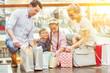 Familie beim Einkaufen im Shoppingcenter - 257375608