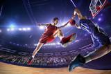 Koszykarz zrobić strzał blok w skoku. wokół Areny z niebieskim światłem