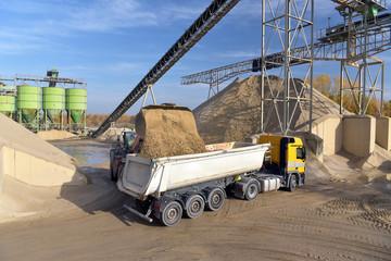 Verladung von Sand in einer Kiesgrube auf einen LKW für den Straßenbau // Loading sand in a gravel pit onto a road construction truck