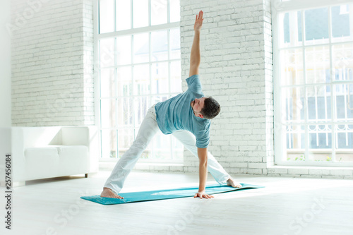 Leinwanddruck Bild Man doing yoga