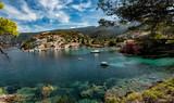 Fototapeta Bathroom - Błekitna zatoka w greckim miasteczku. Wakacje i odpoczynek © monswi