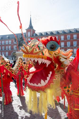 Celebración del año nuevo chino en la Plaza Mayor de Madrid, escena con dragón
