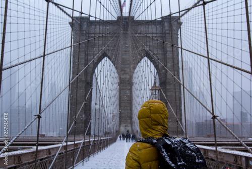Fototapeten Brooklyn Bridge a woman looking at brooklyn bridge