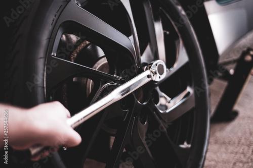 Mechaniker befestigt den Reifen mit einem Drehmomentschlüssel © RS-Studios