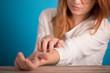 Leinwanddruck Bild - girl scratch her body