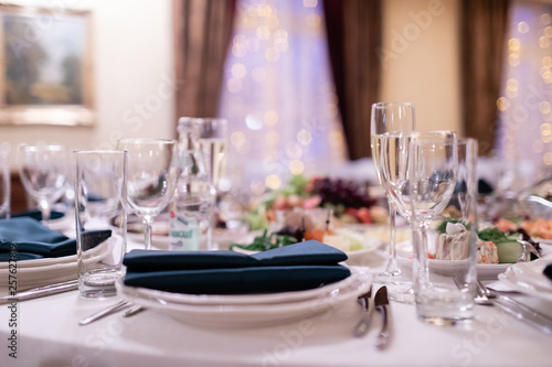 Restaurant table with glasses, napkins and cutlery - 257627819