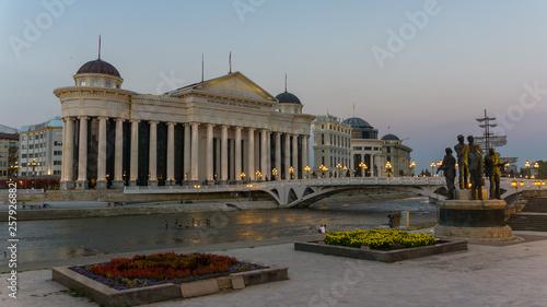 Leinwandbild Motiv Museum und Fluß in Skopje Nord Macedonien