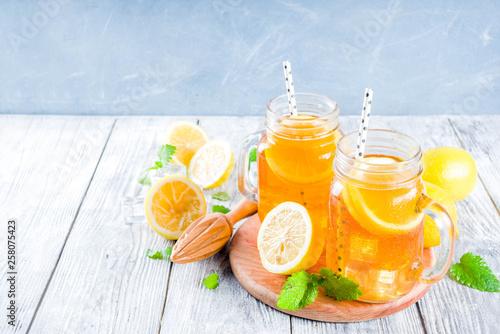 Leinwandbild Motiv Iced tea with lemon and mint