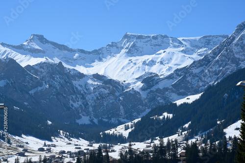 Berglandschaft bei Adelboden, Berneroberland, Schweiz - 258090603