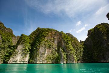Bergfelsen mit grün auf dem hintergrund des Meeres